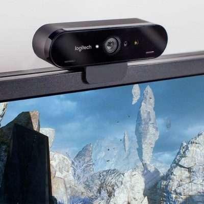 Webcam Logitech Brio 4K montada sobre monitor LCD