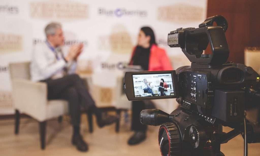 Entrevista desde la cámara en servicio de streaming para eventos