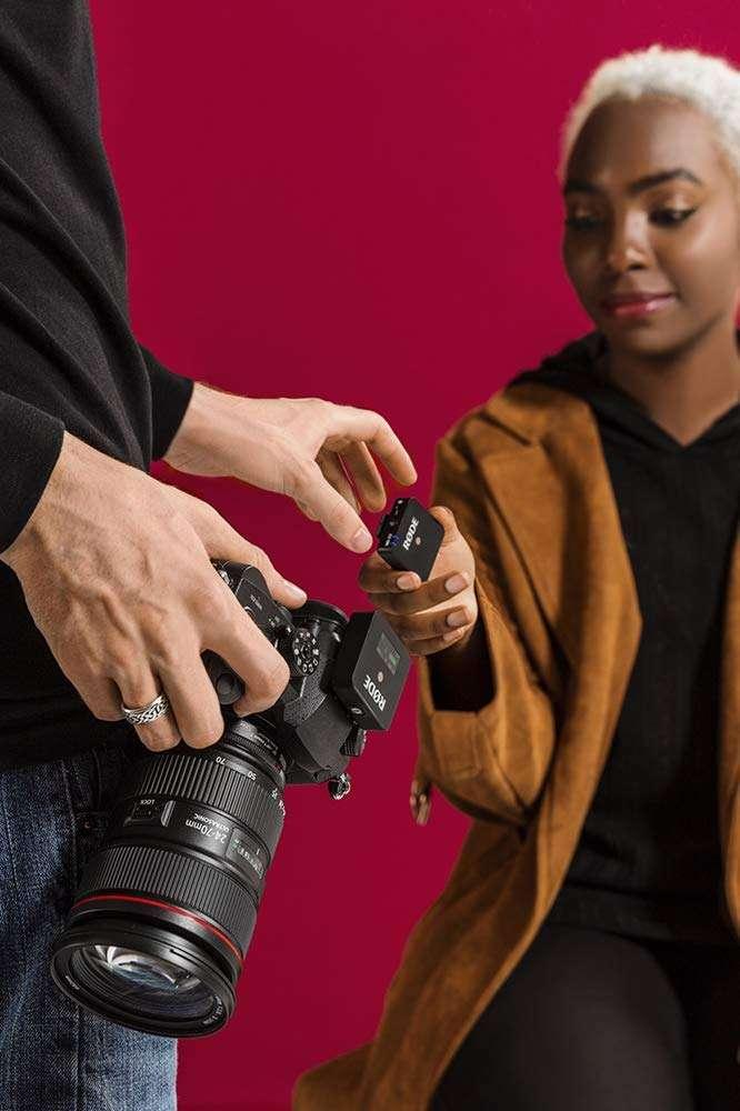 Rode Wireless GO - el receptor tiene una pinza para montarlo en el soporte del flash